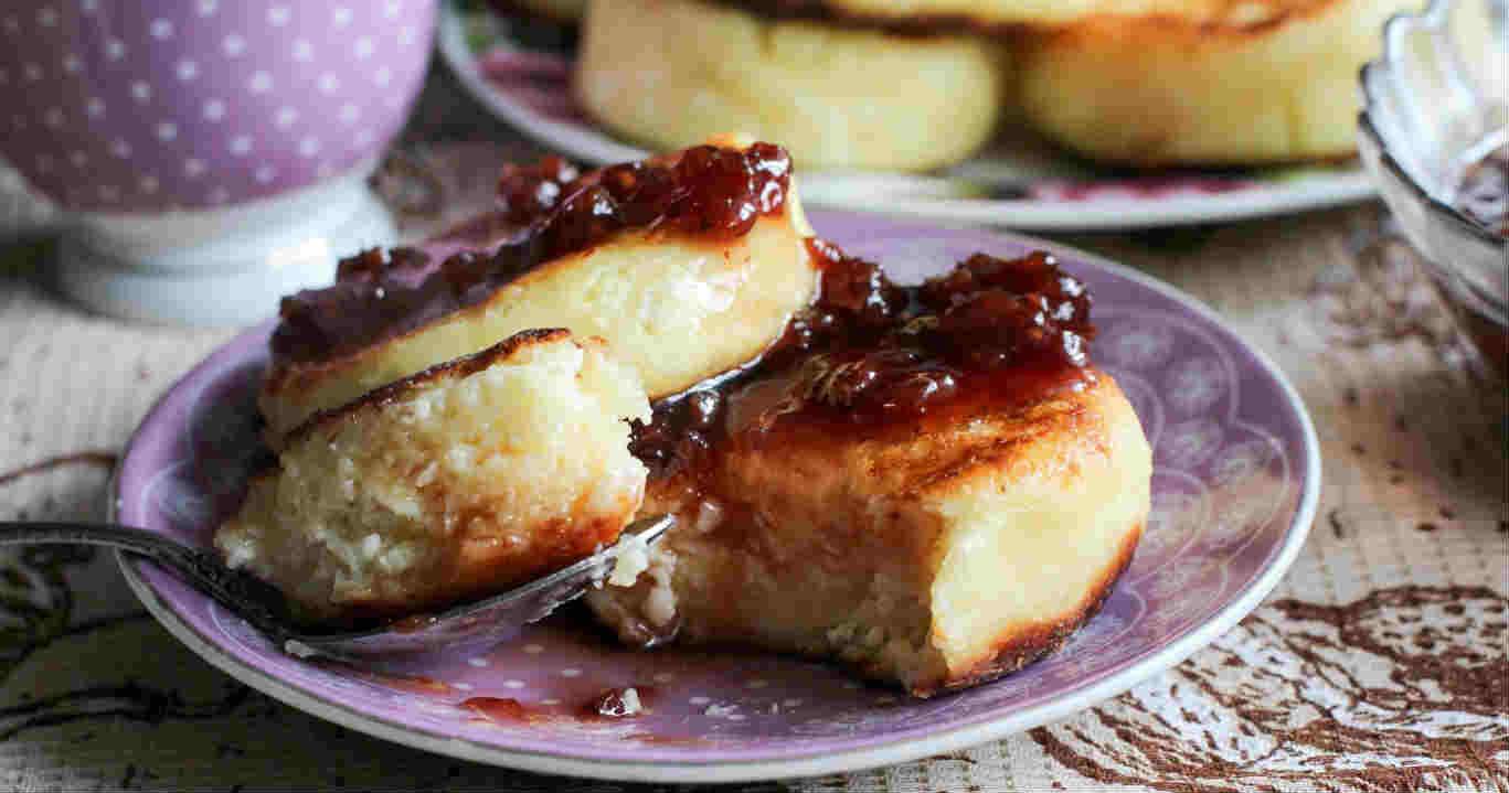 Bir kızartma tavasında peynir keklerinden peynirli kek nasıl hazırlanır Farklı yemek tarifleri