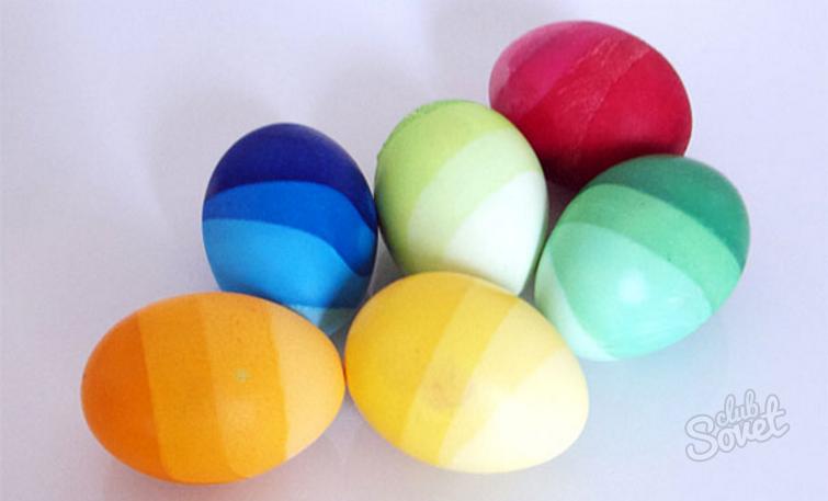 Paskalya Yumurtaları Boyama Peçeteyle Yumurtaların Lekelenmesi Için
